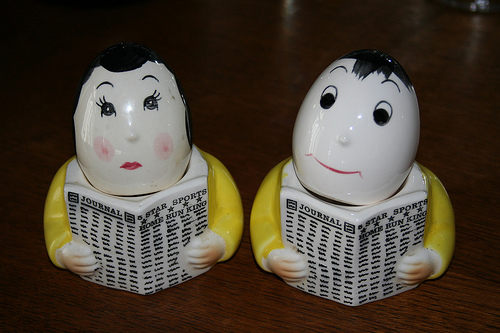 men reading salt and pepper shakers 35+ Creative and Funny Salt and Pepper Shakers